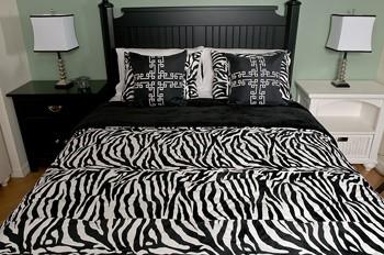 cama con decoración en blanco y negro