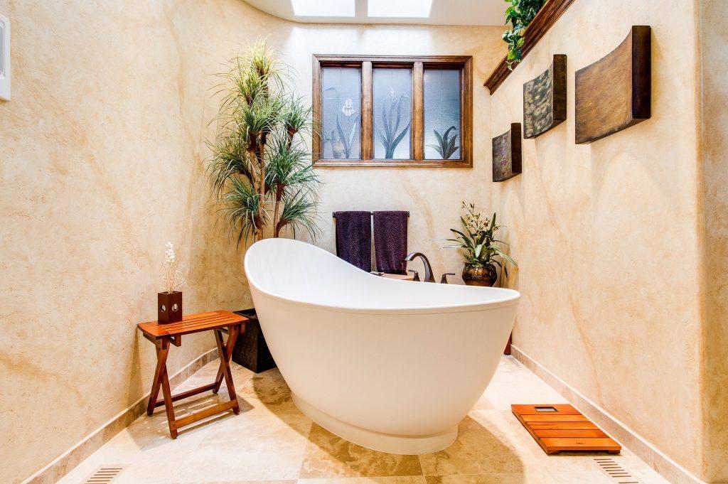 Baños románticos con bañera grande