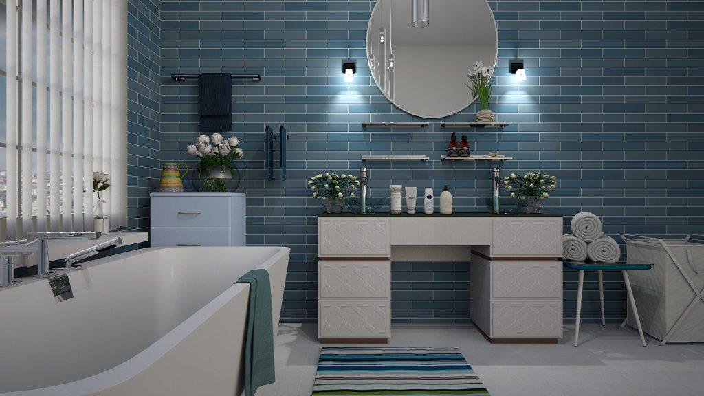 cuarto de baño tonos azules y blancos con varios ramos de flores