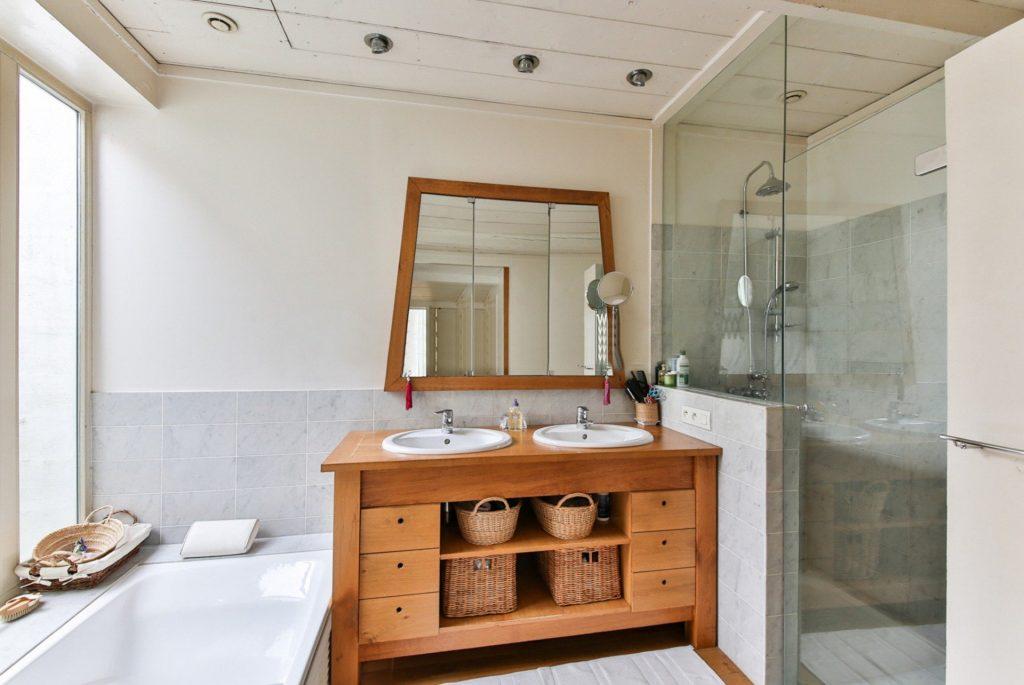 baño iluminacion marmol