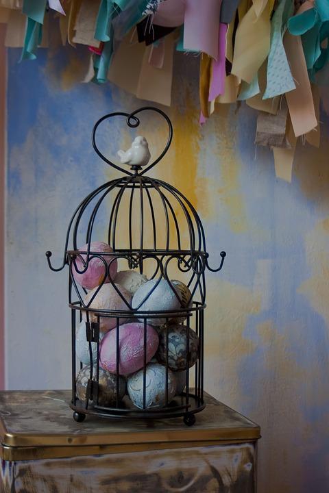 huevos de colores dentro jaula