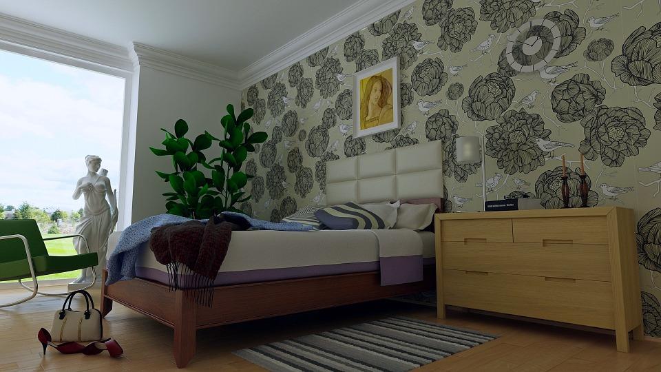 habitación con papel en tonos marrones