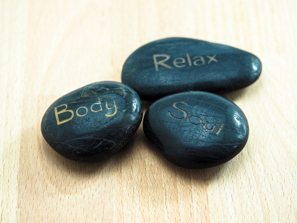 3 piedras negras con inscripciones
