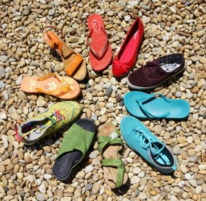circulo hecho con diferentes tipos de zapatos