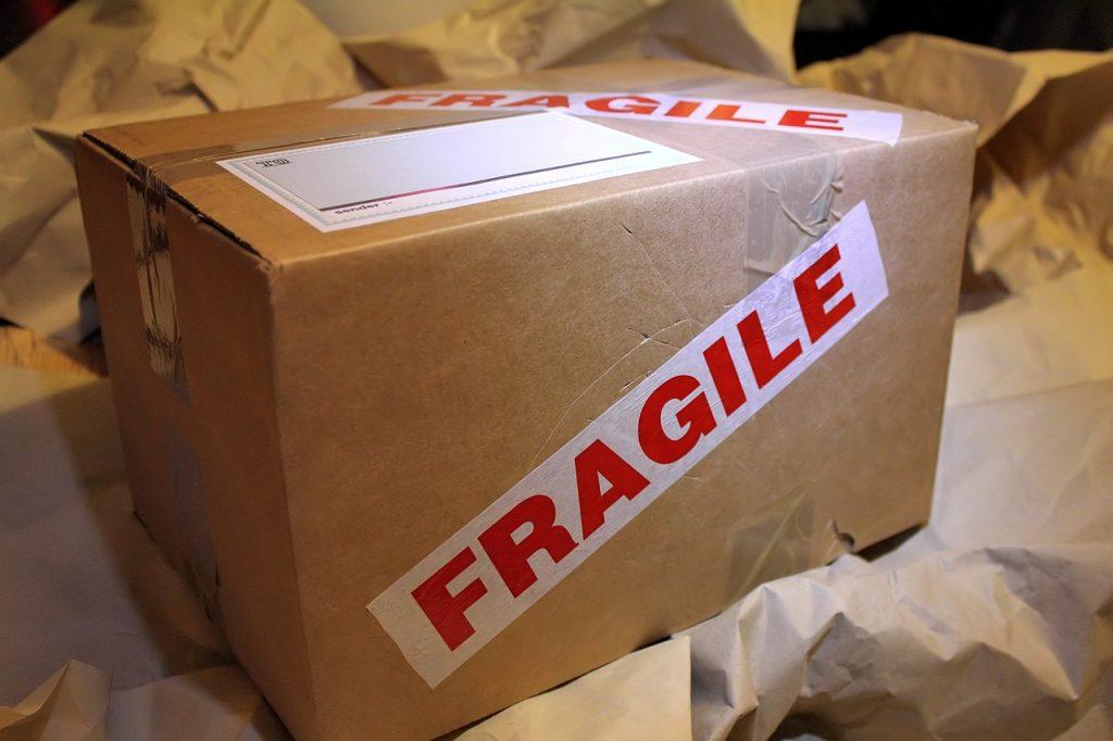 caja de cartón con el rótulo de frágil