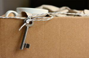 caja carton con una llave colgando